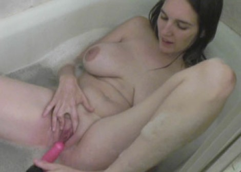 Natalie masturbates in the tub